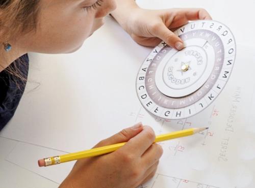 niño jugando con rueda de cifrado y pruebas de juego de intelecto