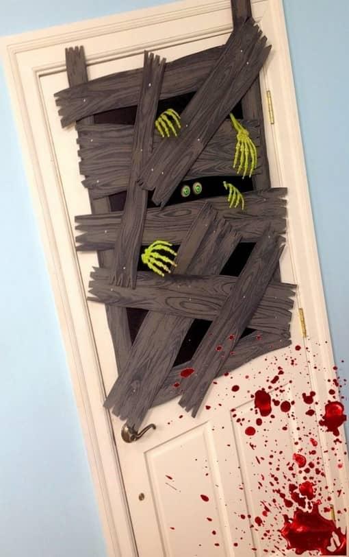 Puerta decorada en un escape room de miedo